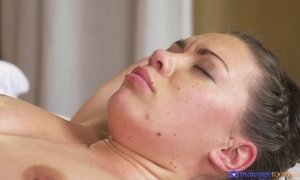 Ellie Springlare gets missionary fucked to deep orgasm on the massage table